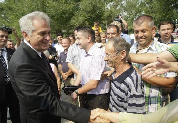 Bečej 1.9.2012. g. - Predsednik Nikolić pozdravlja građane prilikom posete Bečeju.