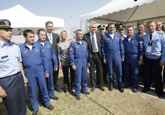Beograd 2.9. 2012. g. - Predsednik Nikolić sa suprugom Dragicom, ministrom odbrane Aleksandrom Vučićem i ruskim pilotima.