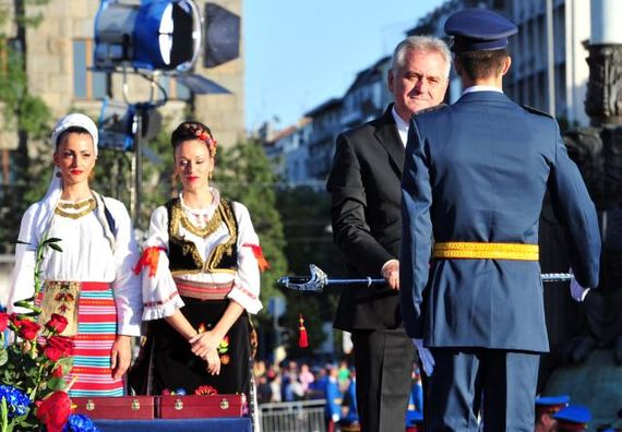 Beograd 8.9.2012. g. - Predsednik Nikolić uručio je oficirske sablje najboljim diplomcima 133. klase Vojne akademije.