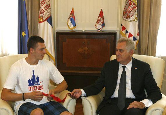 Beograd 17.8.2013. god. – Predsednik Nikolić sa srpskim atletičarem Emirom Bekrićem.
