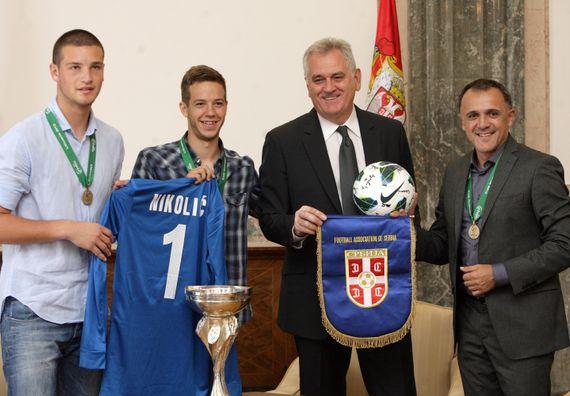 Beograd 22.8.2013. god. – Predsednik Nikolić sa omladinksim reprezentacijom Srbije u fudbalu.