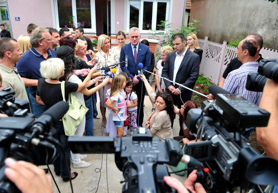 """Paraćin, 7.8.2014. god, Predsednik Nikolić sa suprugom obišao kuće koje su obnovljene iz donacija Fondacije """"Dragica Nikolić"""" u naselju Vrapčane."""