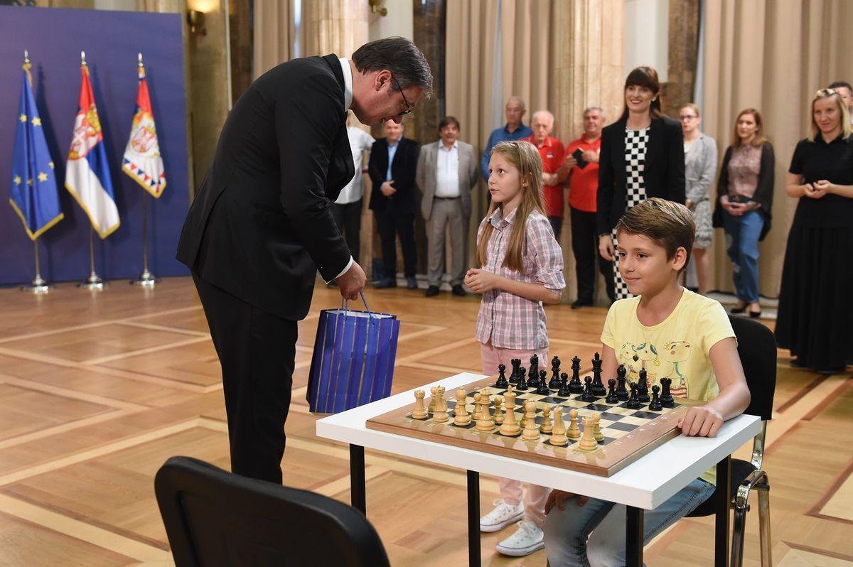 Predsednik Vučić sa mladim šahistima