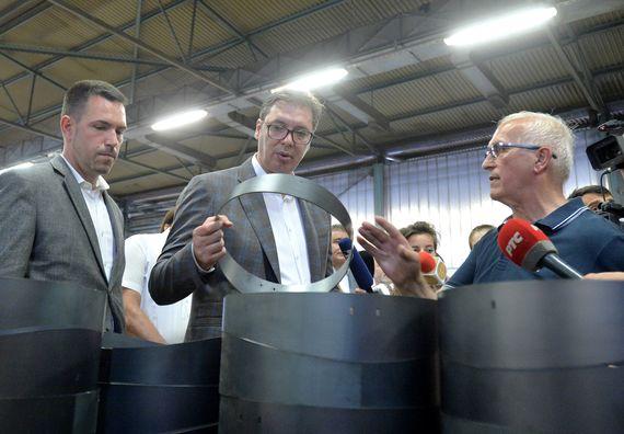 Predsednik Vučić posetio poplavljenu fabriku radijatora u Kraljevu.