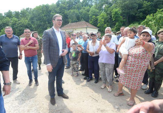 Predsednik Vučić obišao naselje Sirča kod Kraljeva