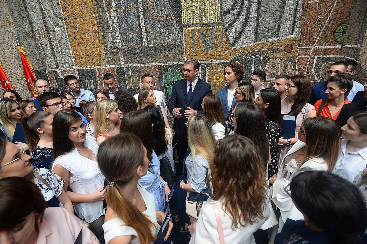 Председник Вучић са најбољим дипломцима медицинских факултета у Србији