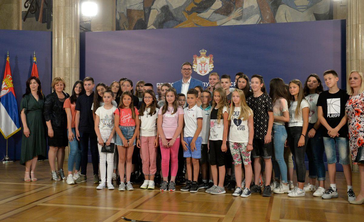 Predsednik Vučić sa decom sa severa Kosova i Metohije