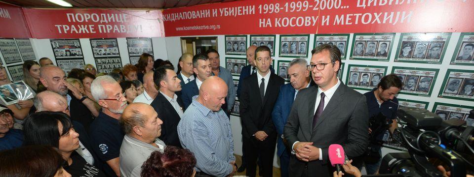 Predsednik Vučić posetio Udruženje porodica kidnapovanih i ubijenih na Kosovu i Metohiji