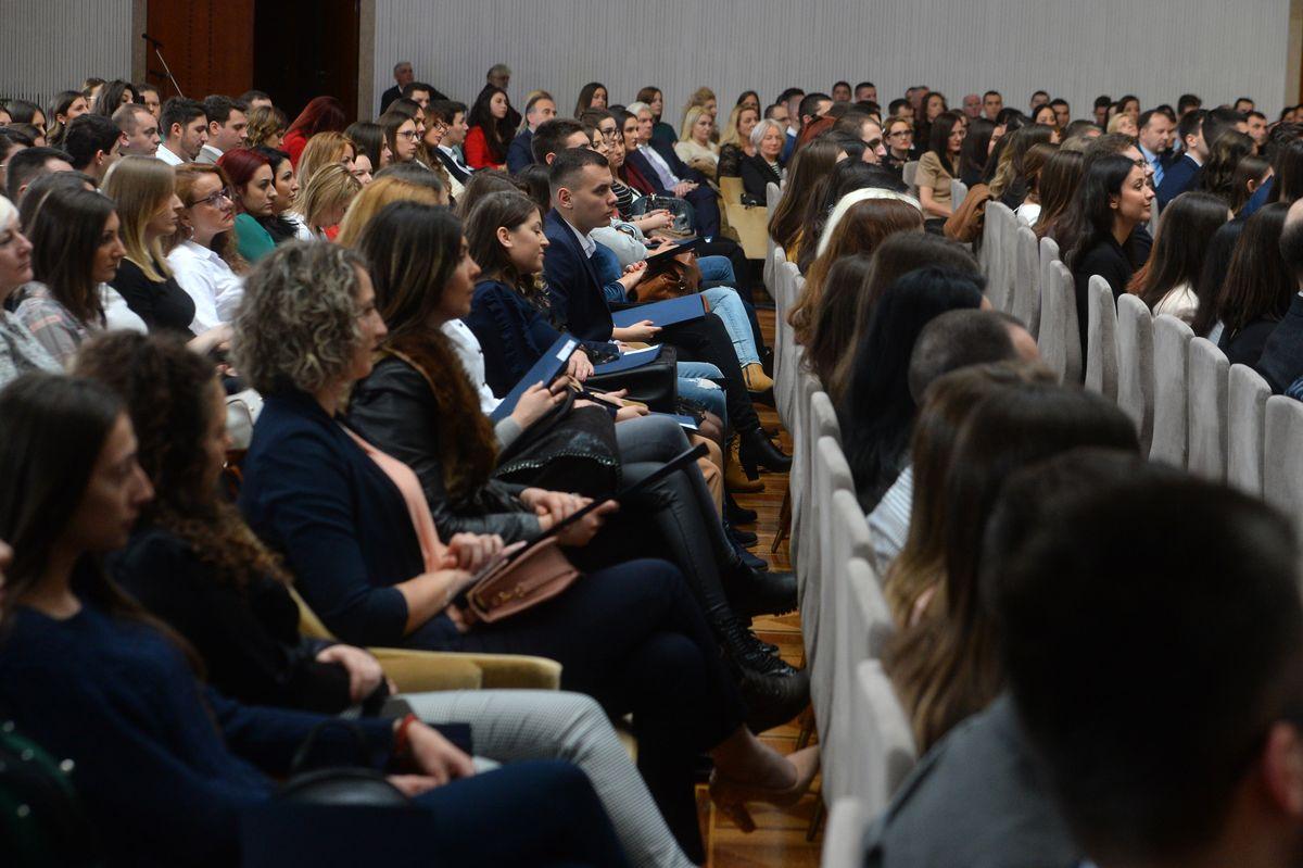 Dodeljeni ugovori o radu najboljim mladim diplomcima medicinskih fakulteta i srednjih medicinskih škola