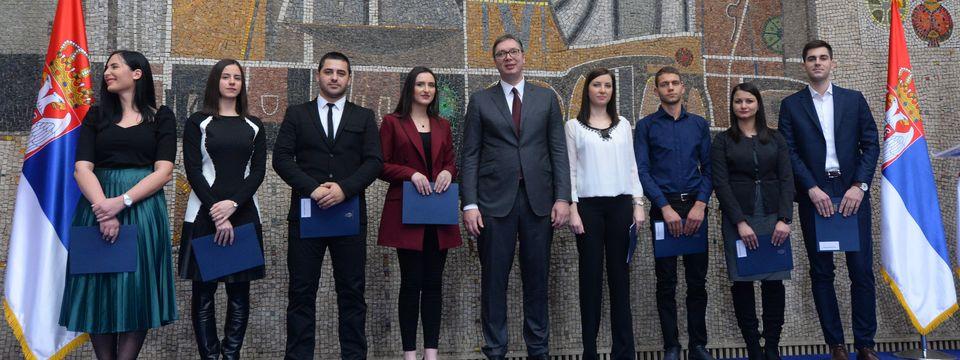 Додељени уговори о раду најбољим младим дипломцима медицинских факултета и средњих медицинских школа