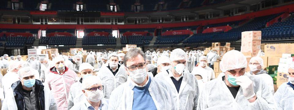 """Predsednik Vučić obišao volontere u """"Štark areni"""""""
