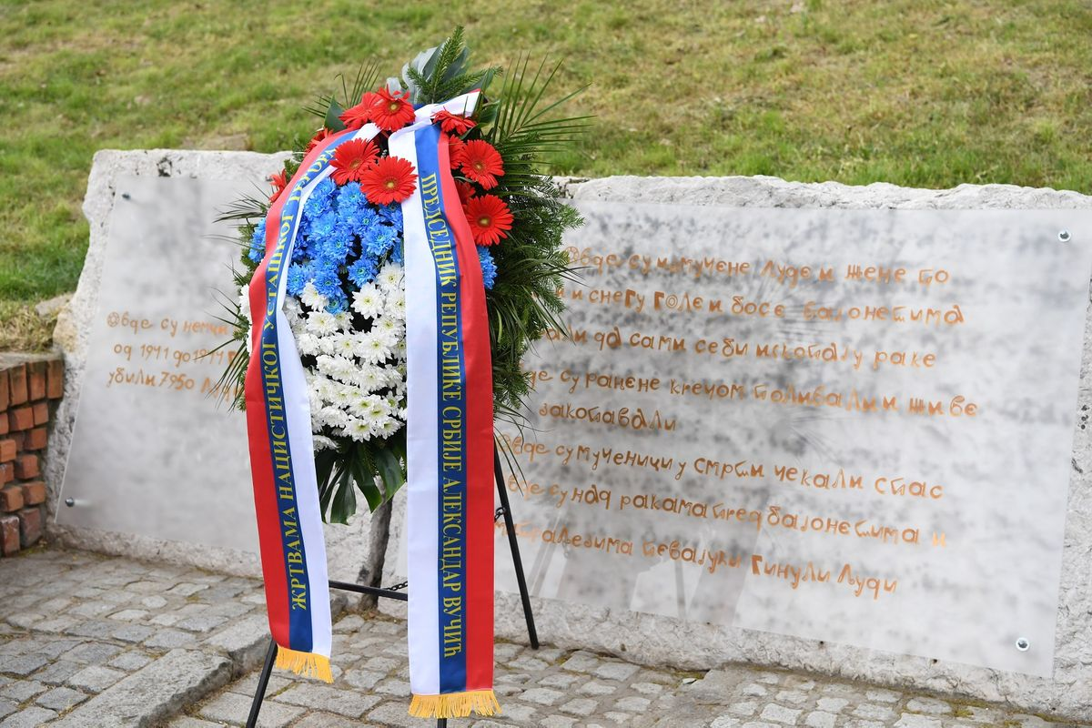 Председник Вучић положио венац у Спомен парку Сремска Митровица
