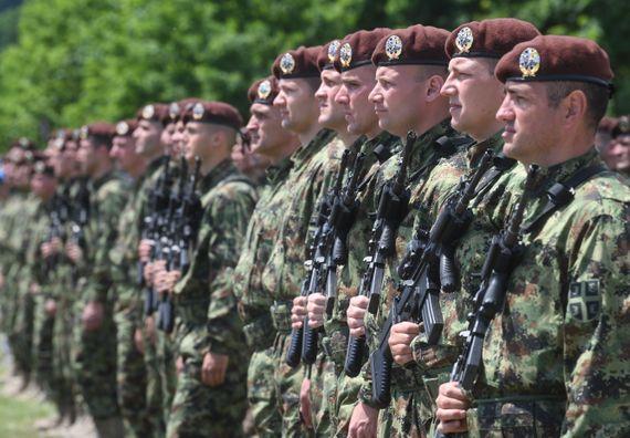 Председник Вучић уручио војне заставе бригадама Војске Србије