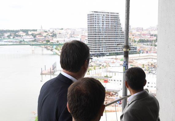 Председник Вучић обишао радове на Кули Београд