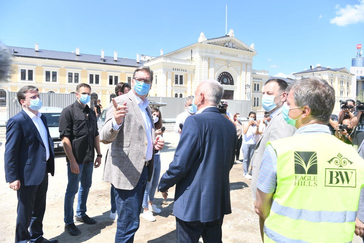 Председник Вучић обишао радове на Савском тргу