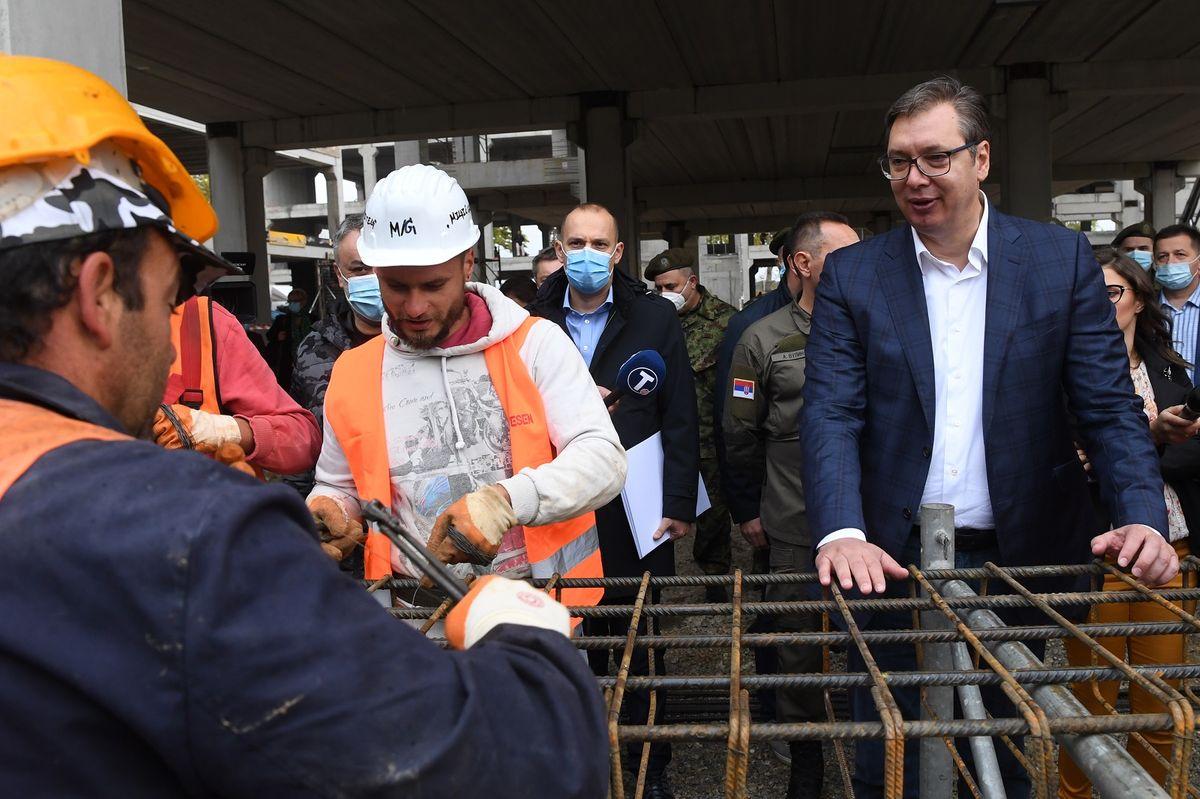 Председник Вучић обишао радове на изградњи нoвe кoвид бoлницe