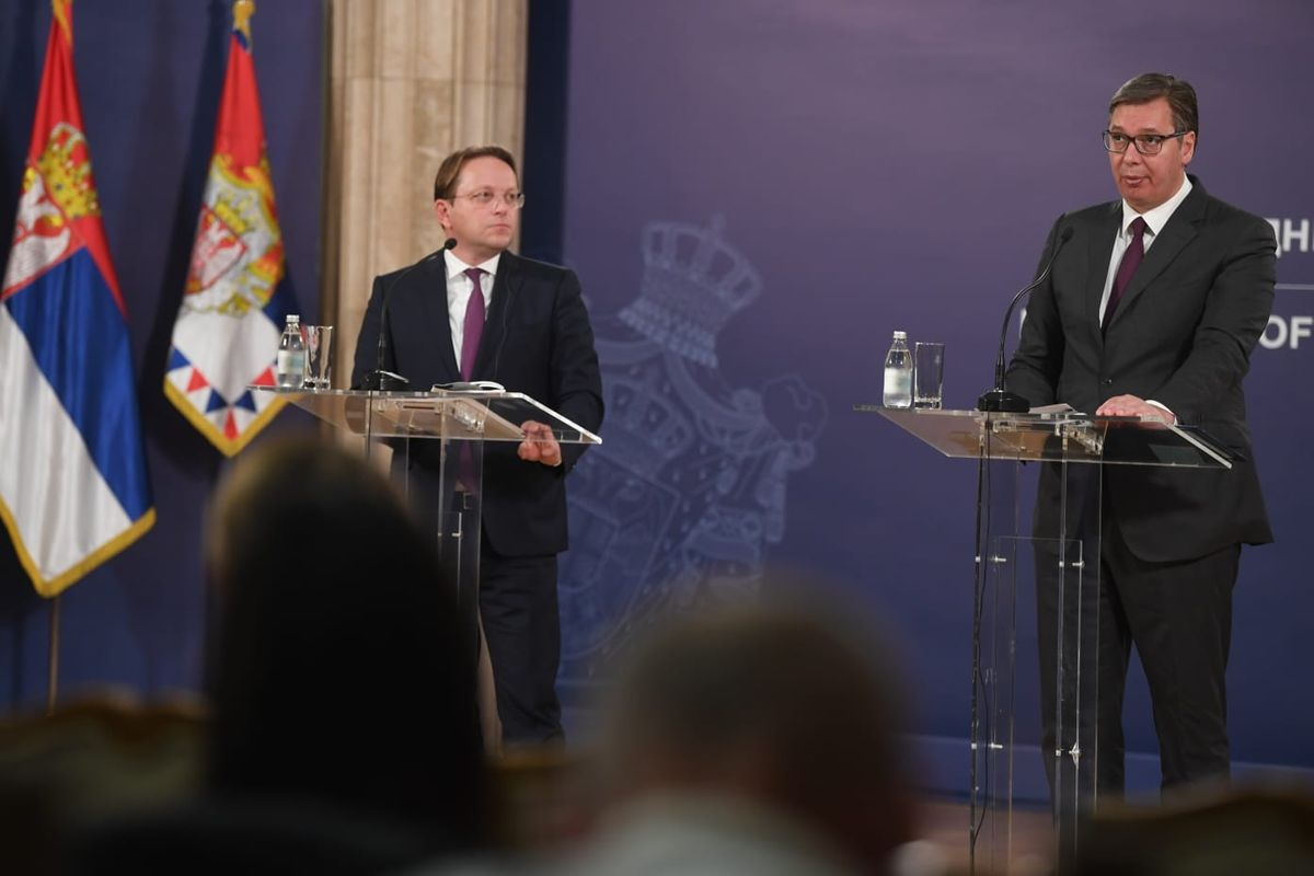 Председник Вучић састао се са европским комесаром за суседство и проширење ЕУ