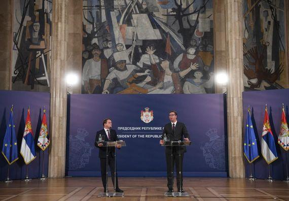 Predsednik Vučić sastao se sa evropskim komesarom za susedstvo i proširenje EU