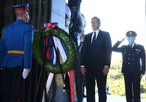 Председник Вучић положиo венац на споменик Незнаном јунаку на Авали