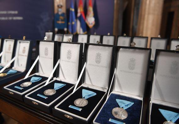 Председник Вучић уручио одликовања заслужним појединцима, представницима медија и институцијама
