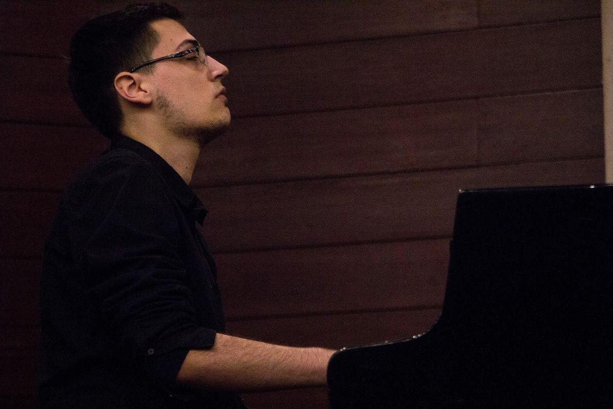 Срећа и усхићење уз компоновање и дирке клавира