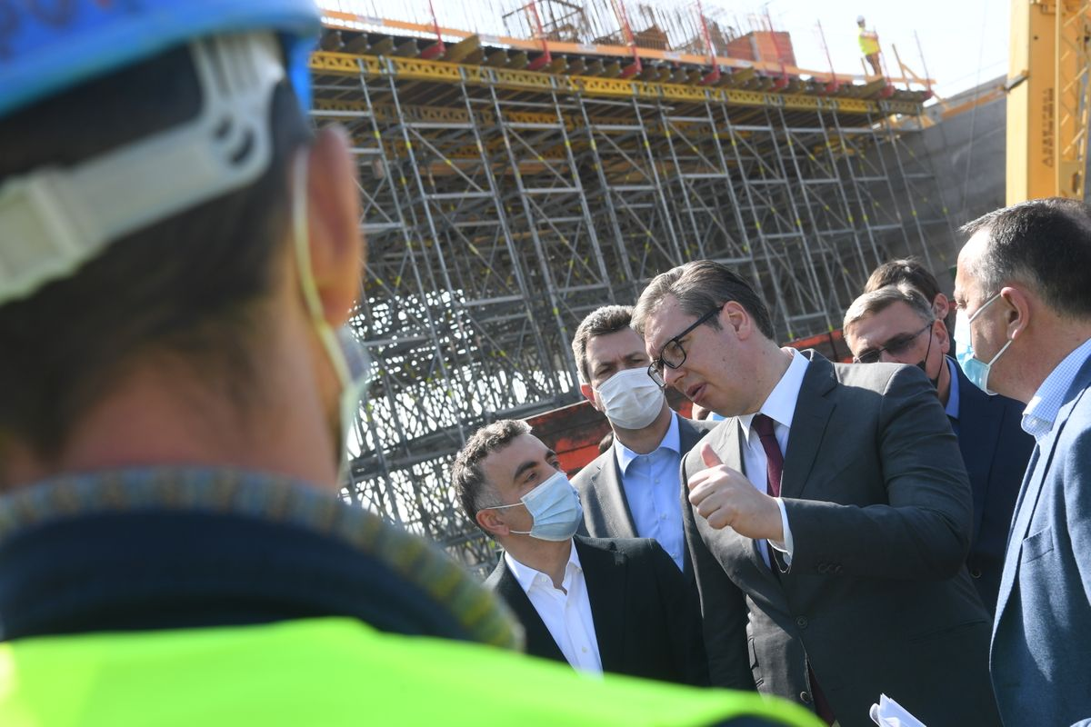 Председник Вучић обишао радове на мосту преко реке Саве