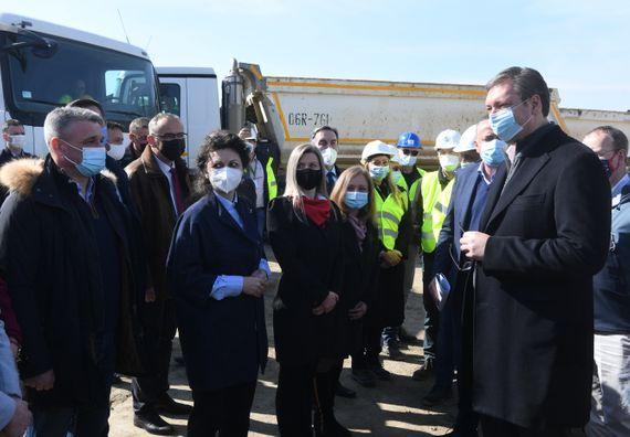 Председник Вучић обишао радове на изградњи моста преко Јужне Мораве