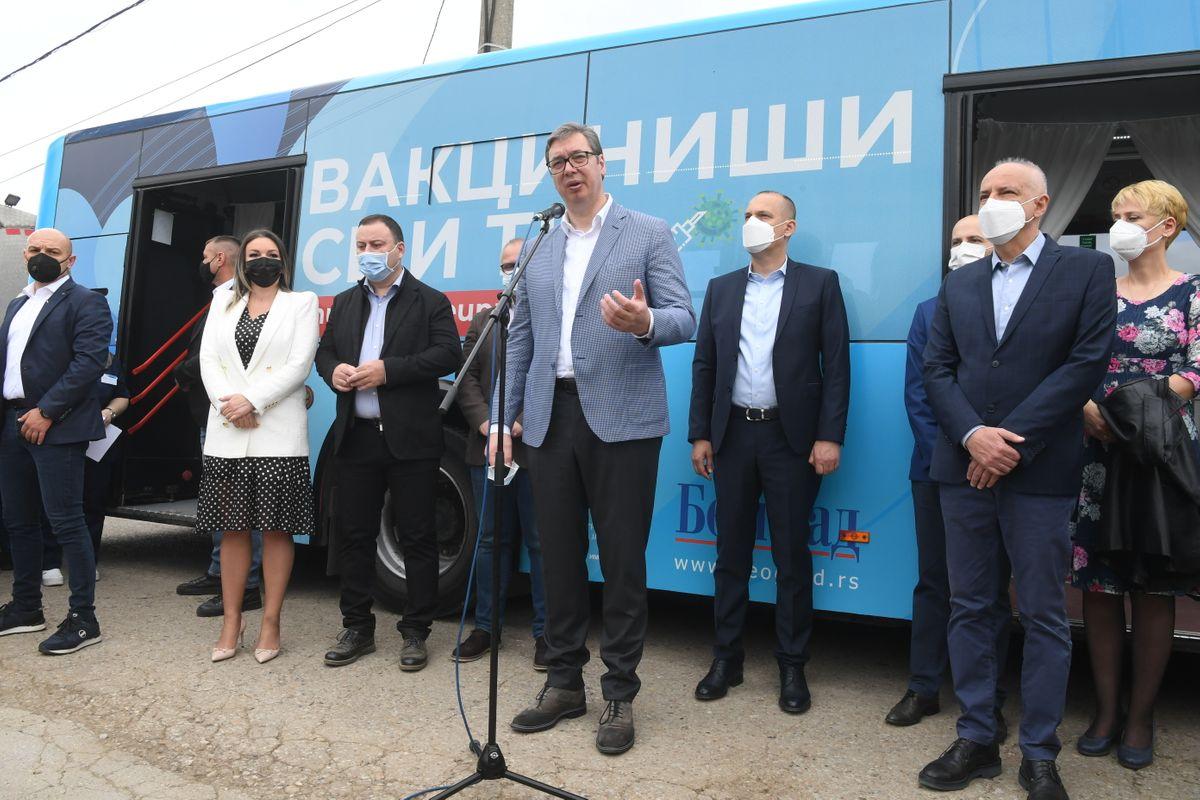 Председник Вучић обишао мобилне пунктове за вакцинацију