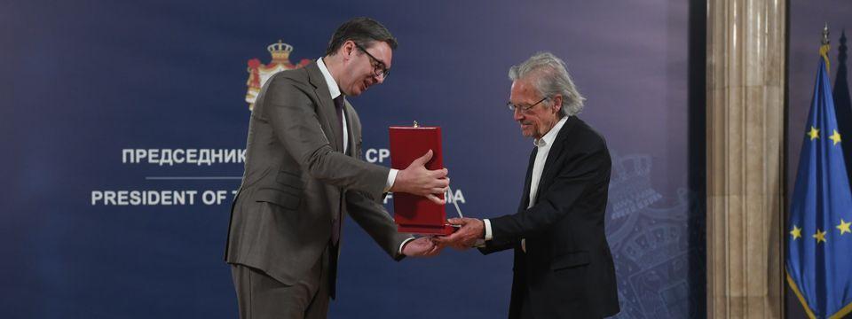 Председник Вучић уручио одликовање аустријском писцу Петеру Хандкеу