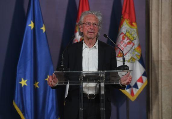 Predsednik Vučić uručio odlikovanje austrijskom piscu Peteru Handkeu