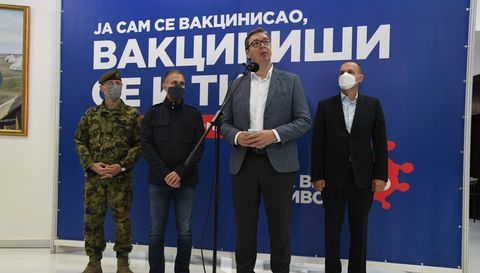 Председник Вучић обишао пункт за вакцинацију припадника гарнизона Београд