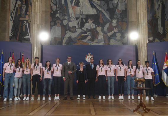 Председник Вучић са женском кошаркашком репрезентацијом Србије