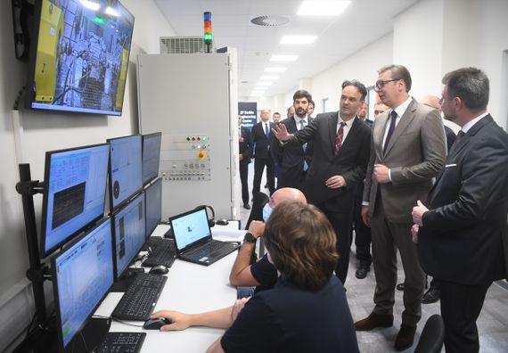 Председник Вучић обишао инжењерски центар у фабрици