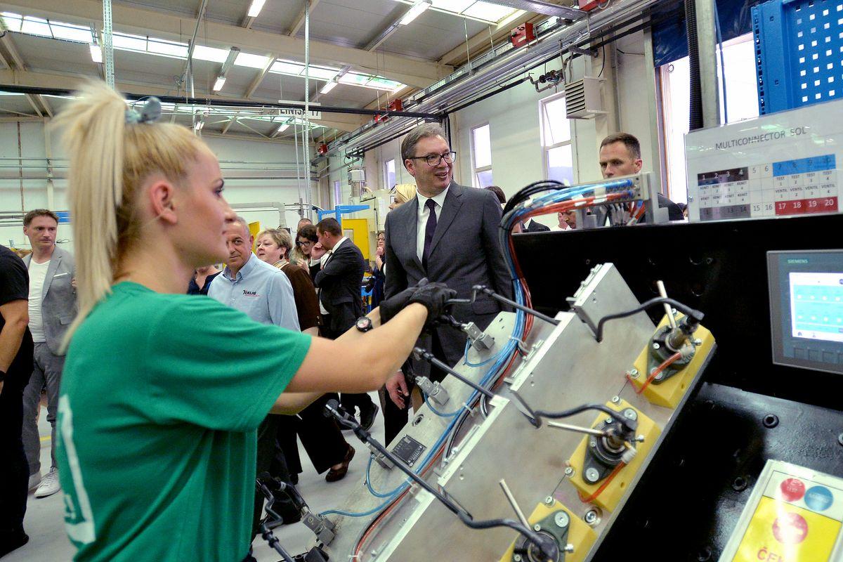 Председник Вучић обишао фабрику Teklas Automotive doo у Владичином Хану