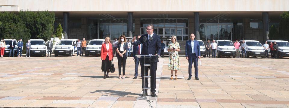 Председник Вучић присуствовао примопредаји 26 специјализованих возила за превоз вакцина и медицинског особља